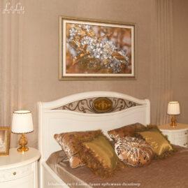Декоративная картина «Цветущая вишня в золотистом мареве» в интерьере спальни