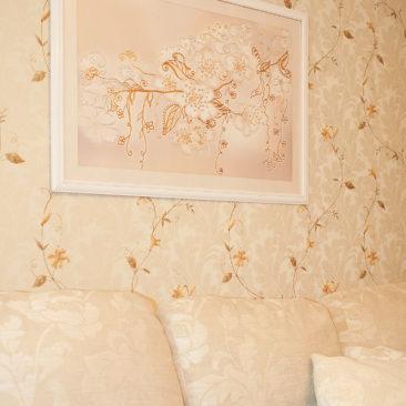 картина с цветами в интерьере в светлых тонах