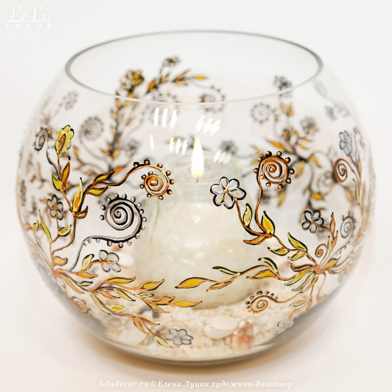 шарообразная ваза из стекла и подсвечник