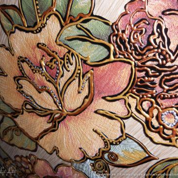 фрагмент картины с аппликацией цветов