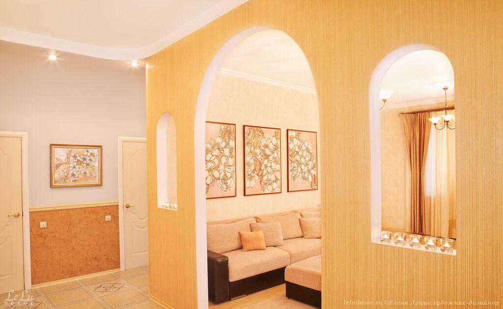 Композиция из трех декоративных картин «Цветочное вдохновение» в интерьере художника-дизайнера Елены Луцик