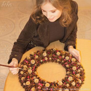 Елена Луцик, творческий процесс создания новогоднего венка из шишек и сухих растений.