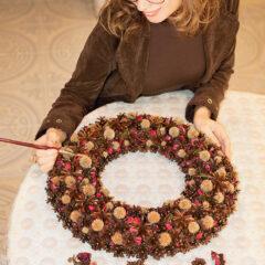 Увлекательный творческий процесс создания новогоднего венка из шишек и сухих растений. Художник-дизайнер Елена Луцик
