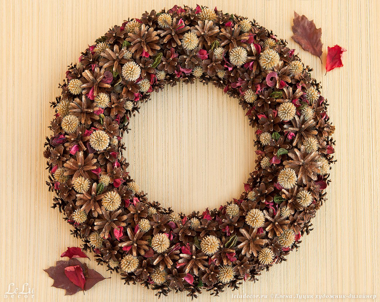 Рождественский венок из шишек и сухих растений