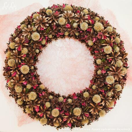 Декоративный венок из сосновых шишек и сухих растений «Зарайская сказка».