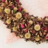 фрагмент декоративного венка из сосновых шишек и сухих растений