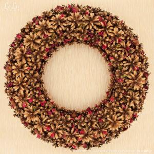 новогодний декоративный венок из сосновых шишек, каштана и сухоцвета