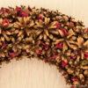 фрагмент новогоднего декоративного венка из сосновых шишек,