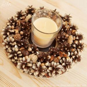 подсвечник из сосновых шишек и свеча в стакане