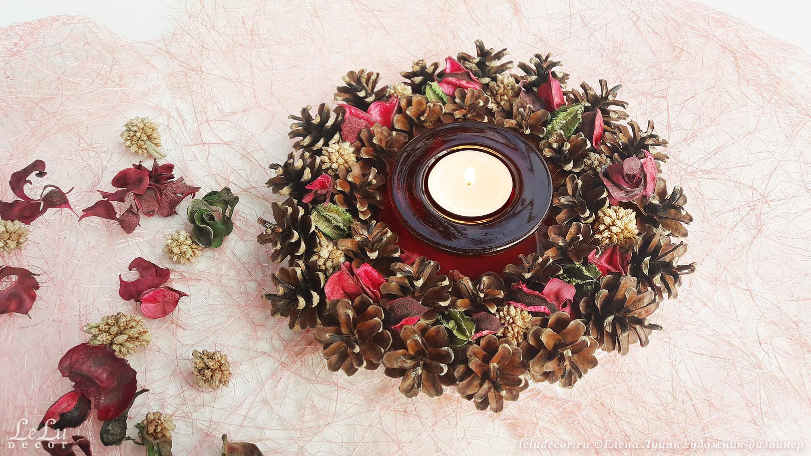 Подсвечник из сосновых шишек и сухих цветов.