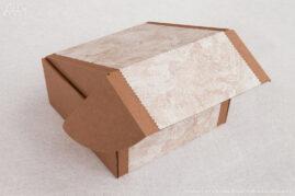 Коробка с откидывающейся крышкой, декорирована фактурной бумагой.