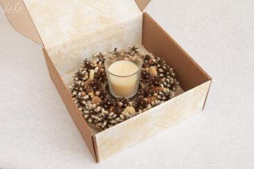 подсвечник из сосновых шишек в подарочной коробке