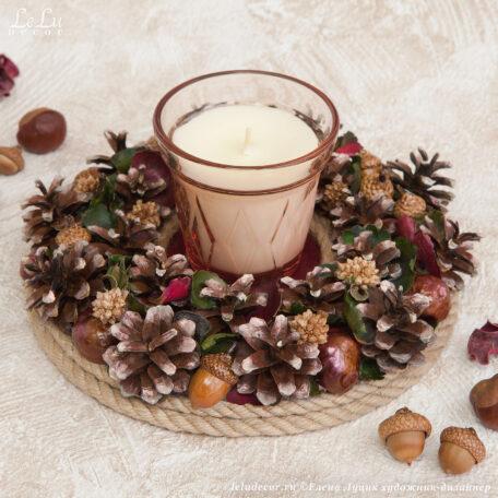 декоративная композиция: подсвечник из сосновых шишек и свеча в стакане