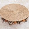 Основа композиции из шишек сделана из джутового крученого каната.
