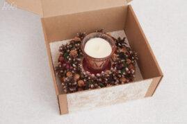Декоративная композиция: подсвечник из сосновых шишек «Сказочный лес полон чудес» и свеча в стакане «Ванильная карамель» в подарочной коробке.
