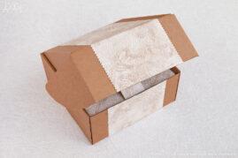 Композиция из сосновых шишек «Лесная полянка» упакована в коробку с откидывающейся крышкой, декорированную фактурной бумагой.