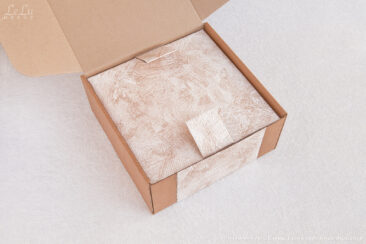 Подсвечник из сосновых шишек упакован в коробку с откидывающейся крышкой и с фигурным ложементом для фиксации всех элементов декоративной композиции.