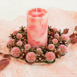 Декоративная композиция: подсвечник из сосновых шишек с мордовиком шароголовым и свечой