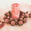 Декоративная композиция: подсвечник из сосновых шишек с сухоцветом «Эхинопс в красках заката» и свеча «Розовый восход».