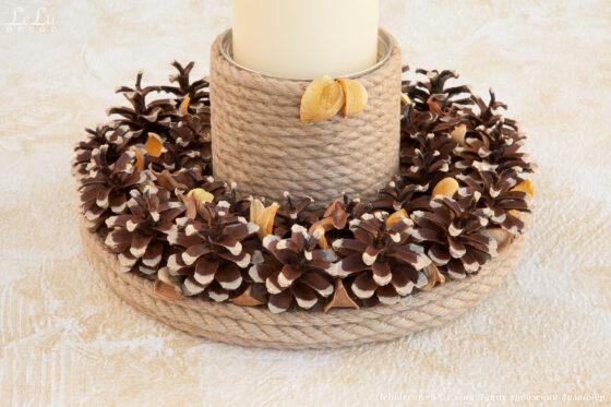Декоративная композиция – подсвечник из сосновых шишек, джутового каната и сухоцвета