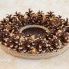 Декоративная композиция из сосновых шишек, джутового каната и сухих растений