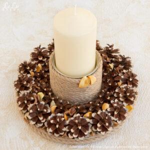 Декоративный подсвечник «Луч солнца» из сосновых шишек и джутового каната.