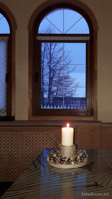 Фото из загородного дома, где теперь украшает гостиную по вечерам зажженная свеча в декоративном подсвечнике «Луч солнца»